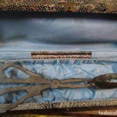 Antigüedades: ANTIGUO ÚTIL DE COCINA EN SU CAJA. CREO PARA COGER PORCIONES DE POSTRE . Lote 195199625