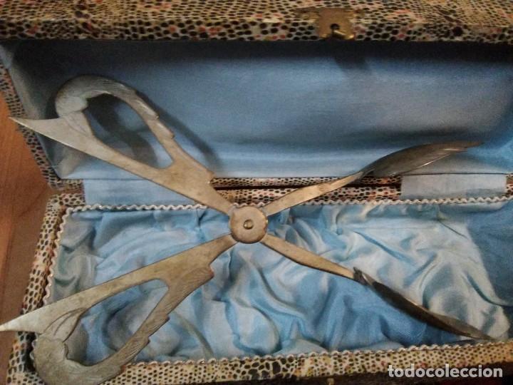 Antigüedades: Antiguo útil de cocina en su caja. Creo para coger porciones de postre - Foto 2 - 195199625