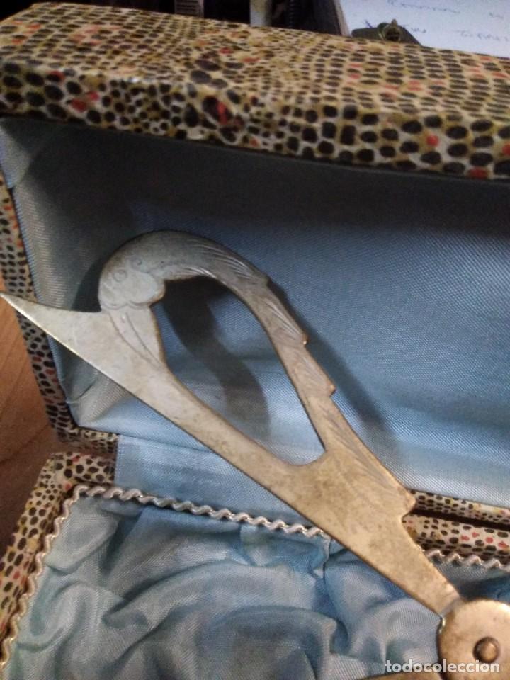 Antigüedades: Antiguo útil de cocina en su caja. Creo para coger porciones de postre - Foto 4 - 195199625