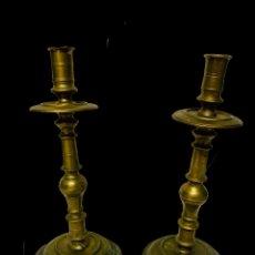 Antigüedades: ANTIGUA PAREJA DE CANDELABROS DE BRONCE DEL SIGLO XVII. 29 CM DE ALTO.. Lote 195207660