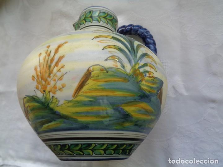 JARRA DE CERÁMICA DE TALAVERA BELLAMENTE PINTADA Y FIRMADA POR MAVE. 22 CM. (Antigüedades - Porcelanas y Cerámicas - Talavera)