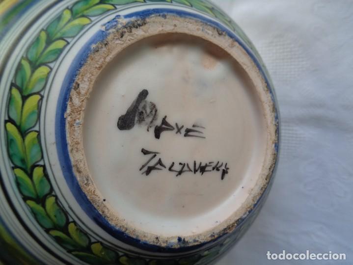 Antigüedades: JARRA DE CERÁMICA DE TALAVERA BELLAMENTE PINTADA Y FIRMADA POR MAVE. 22 Cm. - Foto 10 - 195222511