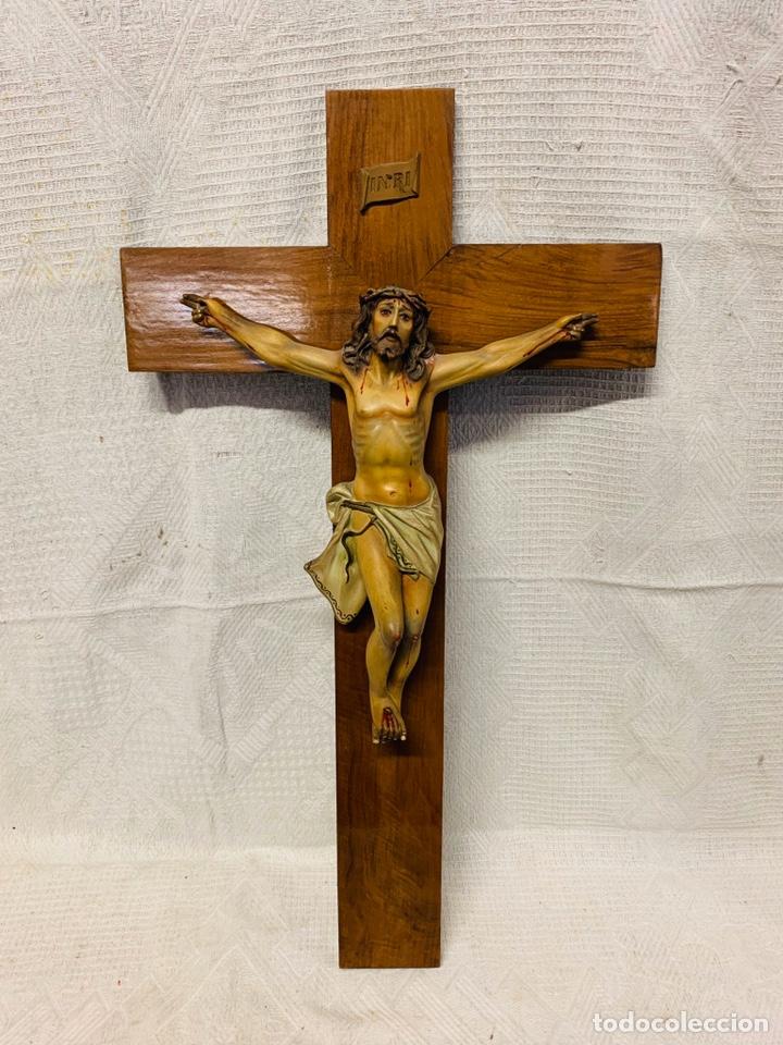 CRUCIFIJO CRISTO DE ESTUCO POLICROMADO CON OJOS DE CRISTAL Y CRUZ DE MADERA (Antigüedades - Religiosas - Crucifijos Antiguos)
