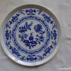 Antigüedades: BANDEJA DE PORCELANA DE VISTA ALEGRE, PORTUGAL. 28 CM. . Lote 195226906