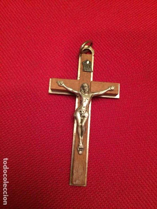 ANTIGUA CRUZ / CRUCIFIJO DE METAL PLATEADO Y MADERA AÑOS 60 (Antigüedades - Religiosas - Crucifijos Antiguos)