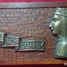 Antigüedades: TALLA MADERA DEU VOS GUARD CON ROSTRO VIRGEN DE MONTSERRAT EN BRONCE Y LETRAS EN COBRE. Lote 195232926
