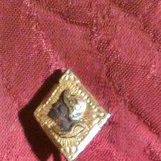 Antigüedades: AGUJA DE CORBATA EN HIERRO DAMASQUINADO. Lote 195238392