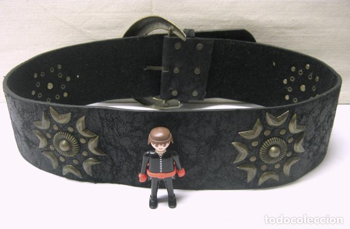 Antigüedades: Impresionante cinturon de cuero con gran hebilla y decoraciones tachuelas en bronce - Foto 2 - 195239361