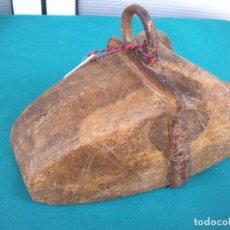 Antigüedades: ESTRIBO DE MADERA TALLADA Y FORJA.. Lote 195251051