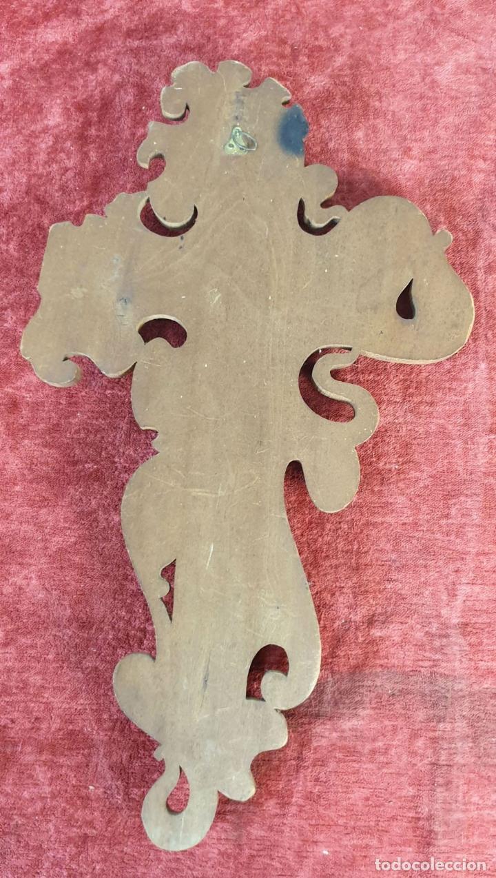 Antigüedades: CRICIFIJO DE MADERA TALLADA. CRISTO DE PLATA. REMATES DE LATÓN. SIGLO XX. - Foto 6 - 195253117