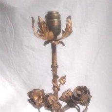 Antigüedades: LAMPARA SOBREMESA FORJA ROSAS Y ESPIGAS AÑOS 60 PATINADA PAN DE ORO. MED. 40 CM. Lote 195260086