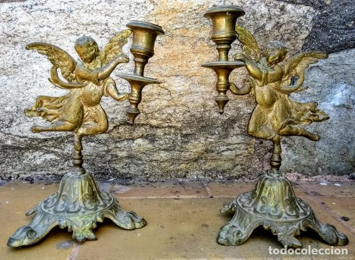 PAR DE CANDELABROS DE METAL CON ANGELES. S. XIX (Antigüedades - Iluminación - Candelabros Antiguos)