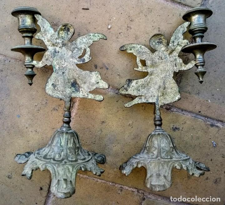 Antigüedades: PAR DE CANDELABROS DE METAL CON ANGELES. S. XIX - Foto 2 - 195264540