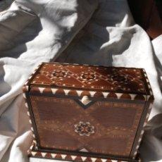 Antigüedades: CAJA CIGARRERA CON DECORACION TIPO GRANADINA. Lote 195268973