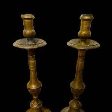 Antigüedades: ANTIGUA PAREJA DE CANDELABROS DE BRONCE DEL SIGLO XVII. SOBERBIOS. 37 CM ALTO.. Lote 195282663