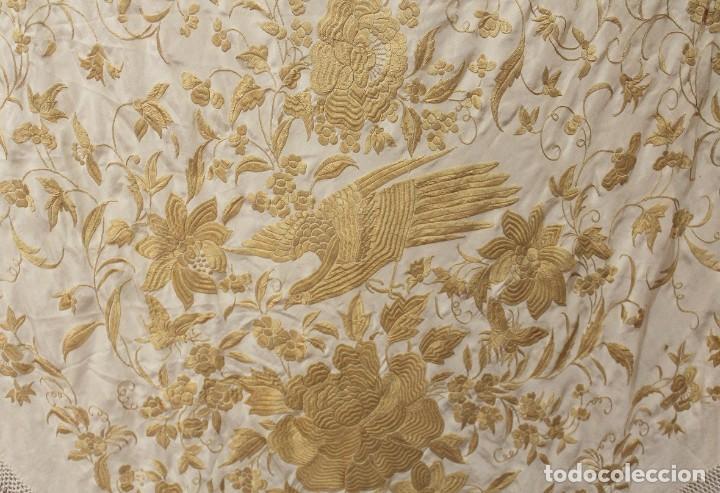 Antigüedades: Mantón de Manila antiguo de seda natural bordado a mano con fleco anudado a mano (M.ANT-509) - Foto 3 - 195298972