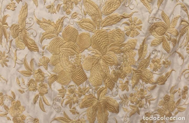Antigüedades: Mantón de Manila antiguo de seda natural bordado a mano con fleco anudado a mano (M.ANT-509) - Foto 4 - 195298972