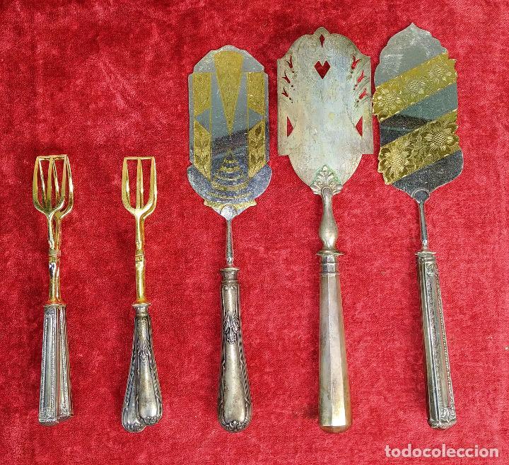 LOTE DE 5 CUBIERTOS DE SERVIR. METAL CHAPADO EN PLATA. ESPAÑA. SIGLOS XIX-XX (Antigüedades - Platería - Bañado en Plata Antiguo)