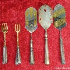 Antigüedades: LOTE DE 5 CUBIERTOS DE SERVIR. METAL CHAPADO EN PLATA. ESPAÑA. SIGLOS XIX-XX. Lote 195303980