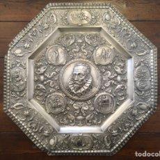 Antigüedades: PLATO O BANDEJA EN RELIEVE MIGUEL DE CERVANTES (C. 1890). Lote 195312988