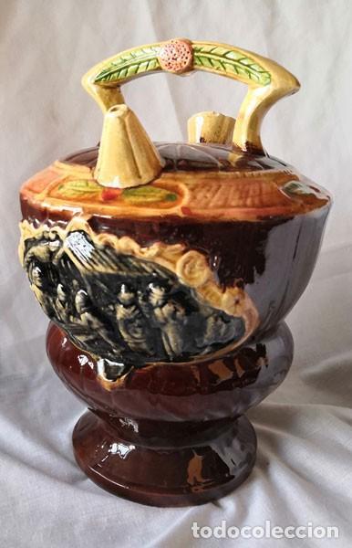 RARO BOTIJO ESMALTADO CON FORMAS ONDULADAS, DECORACIÓN EN RELIEVE CON MOTIVOS COSTUMBRISTAS (Antigüedades - Porcelanas y Cerámicas - Otras)