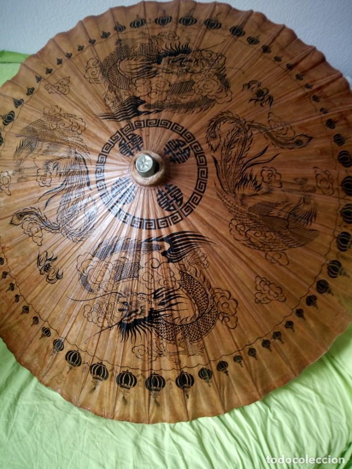 Antigüedades: Antigua sombrilla china de papel y bambú. dibujos dragones y ave fenix - Foto 2 - 195324095