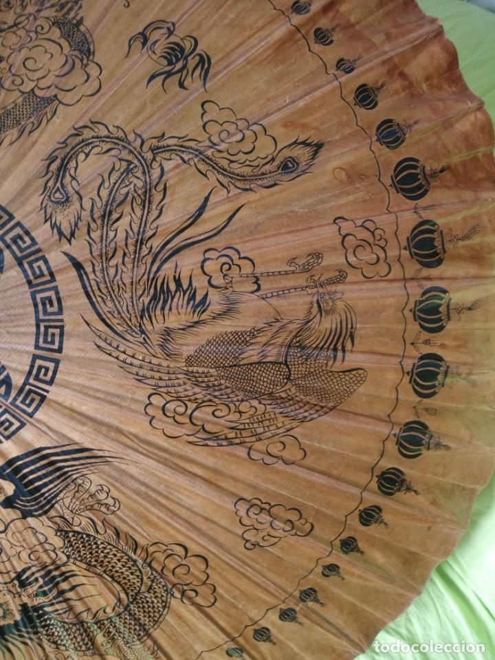 Antigüedades: Antigua sombrilla china de papel y bambú. dibujos dragones y ave fenix - Foto 5 - 195324095