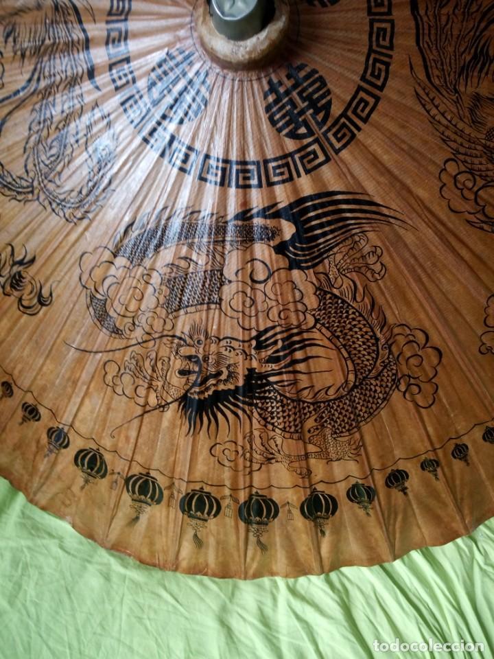 Antigüedades: Antigua sombrilla china de papel y bambú. dibujos dragones y ave fenix - Foto 6 - 195324095