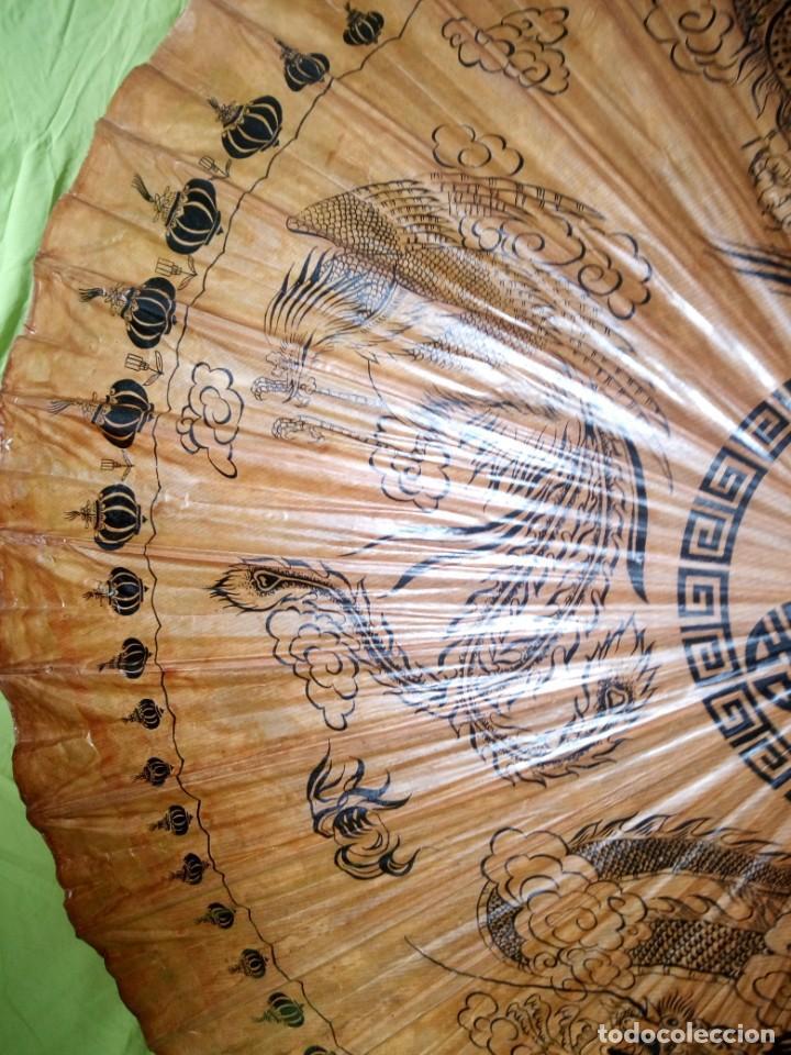 Antigüedades: Antigua sombrilla china de papel y bambú. dibujos dragones y ave fenix - Foto 7 - 195324095