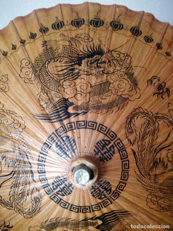 Antigüedades: Antigua sombrilla china de papel y bambú. dibujos dragones y ave fenix - Foto 8 - 195324095