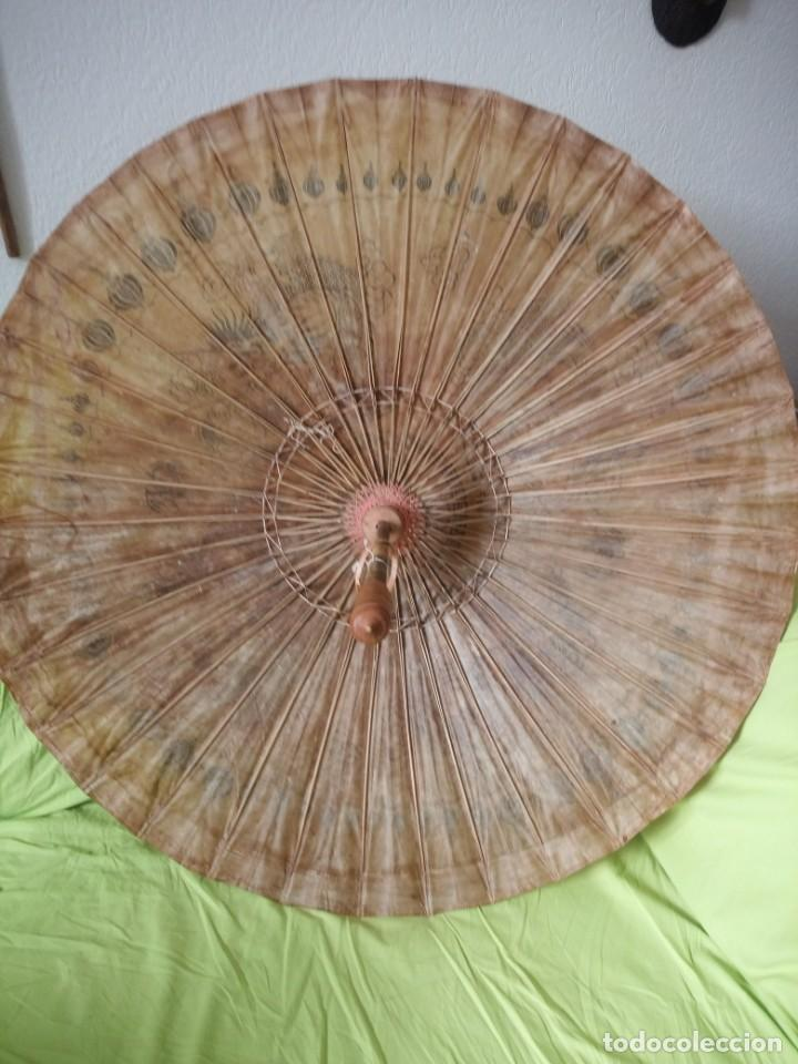 Antigüedades: Antigua sombrilla china de papel y bambú. dibujos dragones y ave fenix - Foto 9 - 195324095