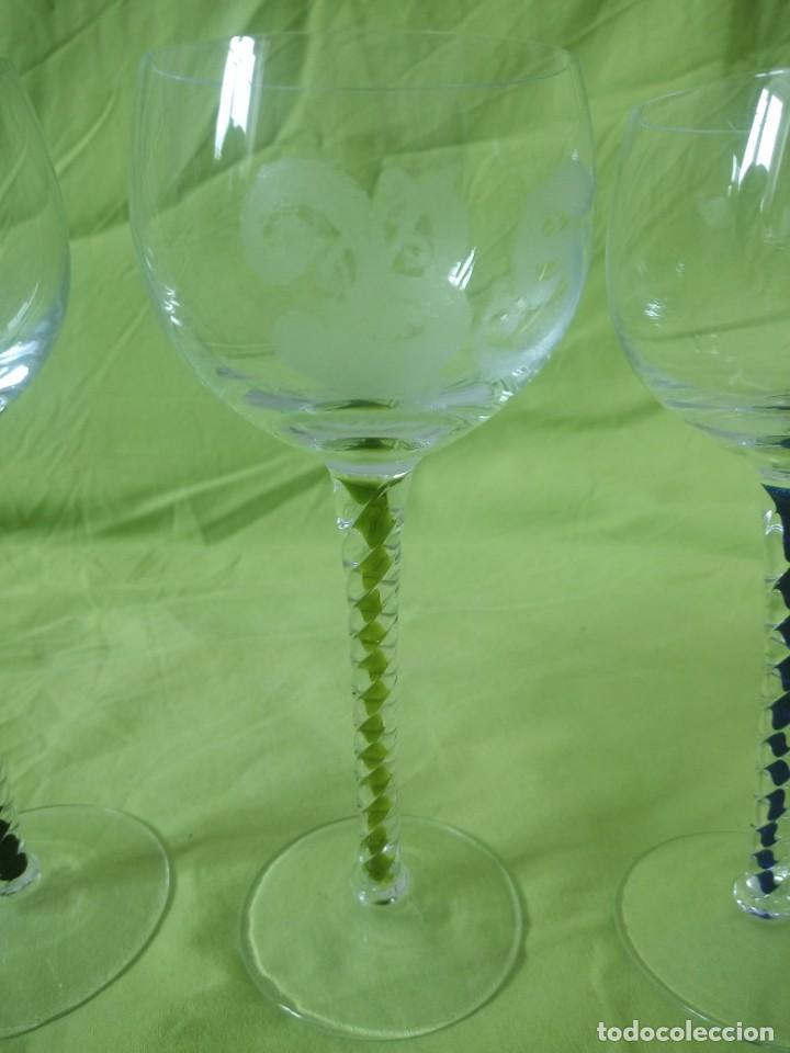 Antigüedades: Lote de 3 copas de cristal con pie torneado y de colores,iniciales diferentes gravadas. - Foto 3 - 195327843