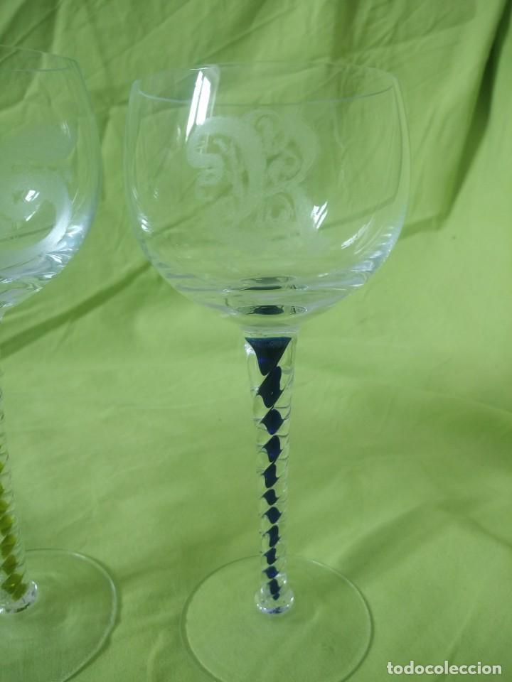 Antigüedades: Lote de 3 copas de cristal con pie torneado y de colores,iniciales diferentes gravadas. - Foto 4 - 195327843