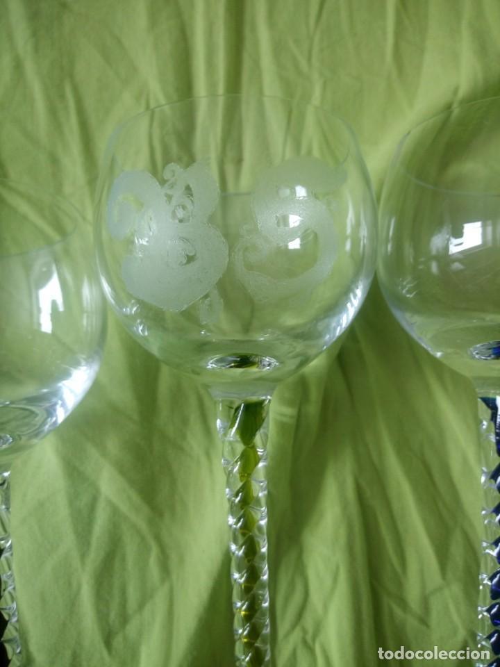 Antigüedades: Lote de 3 copas de cristal con pie torneado y de colores,iniciales diferentes gravadas. - Foto 6 - 195327843