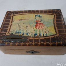 Antigüedades: HUCHA DE MADERA ANTIGUA? CON CERRADURA FALTA LA LLAVE 15 X 10 X 5. Lote 195334470