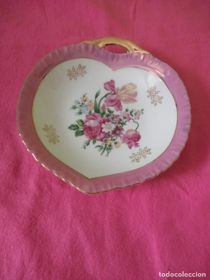 Antigüedades: Precioso plato de porcelana forma de corazón,pintado a mano. - Foto 2 - 195335197