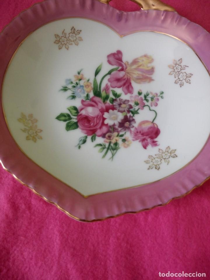 Antigüedades: Precioso plato de porcelana forma de corazón,pintado a mano. - Foto 3 - 195335197
