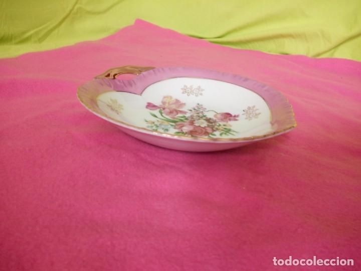 Antigüedades: Precioso plato de porcelana forma de corazón,pintado a mano. - Foto 5 - 195335197