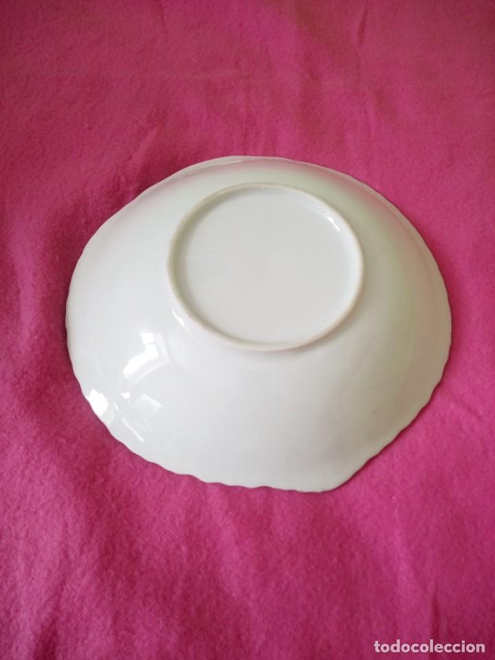 Antigüedades: Precioso plato de porcelana forma de corazón,pintado a mano. - Foto 6 - 195335197