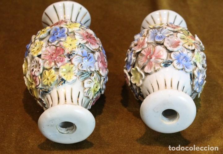 Antigüedades: Dos pequeños portavelas de porcelana, 15 cm de altura - Foto 2 - 195335848