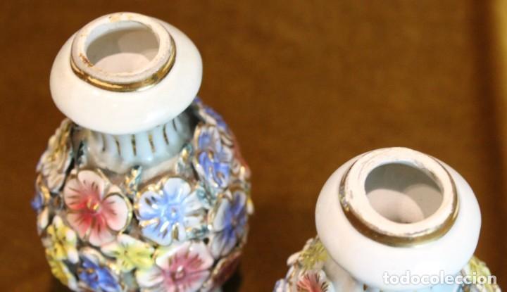 Antigüedades: Dos pequeños portavelas de porcelana, 15 cm de altura - Foto 3 - 195335848