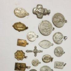 Antigüedades: 22 ANTIGUAS MEDALLAS Y CRUCES RELIGIOSOS DE ALUMINIO. Lote 195338353