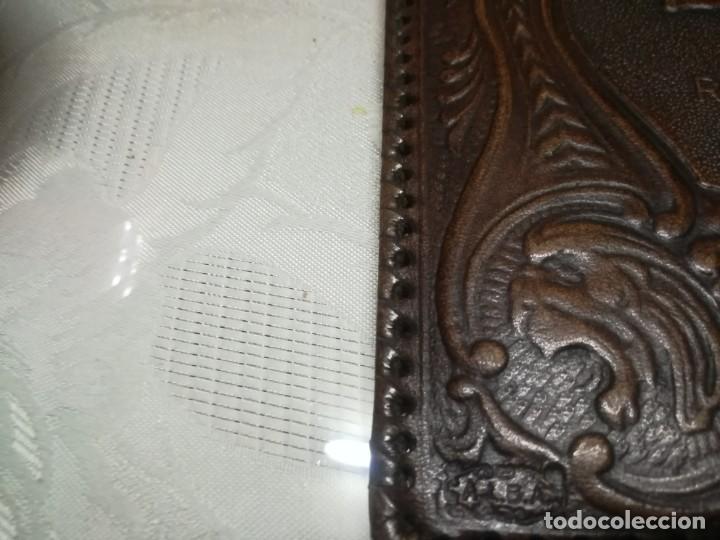 Antigüedades: RARA PORTALIBRETA DE CUERO REPUJADO CON PUBLICIDAD ASEGURADO EN CAMPO MADRID MIREN FOTOS - Foto 2 - 195342586