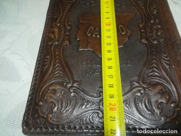 Antigüedades: RARA PORTALIBRETA DE CUERO REPUJADO CON PUBLICIDAD ASEGURADO EN CAMPO MADRID MIREN FOTOS - Foto 10 - 195342586
