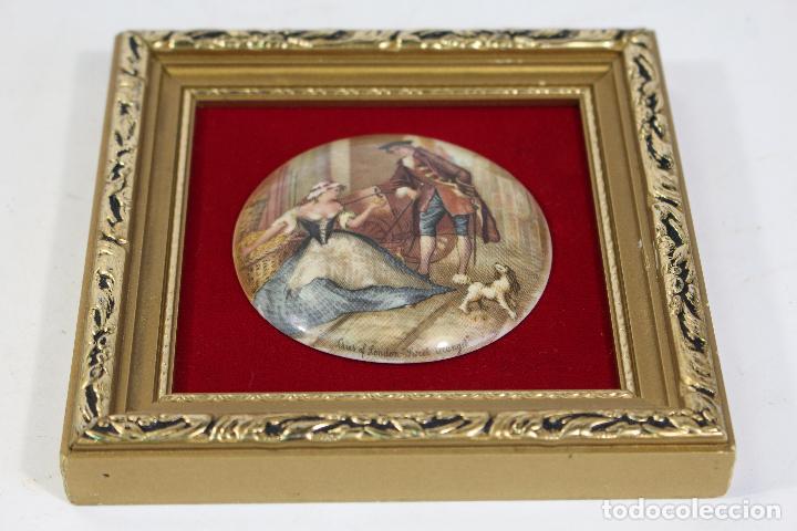 Antigüedades: cuadro pequeño con escena romantica en porcelana fina staffordshire - Foto 2 - 195347696