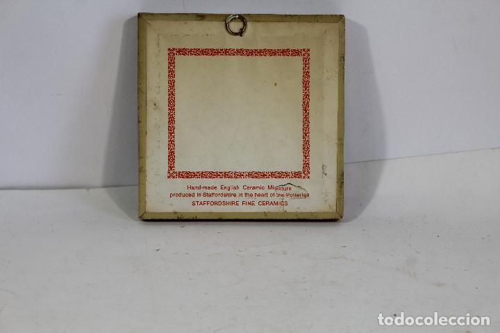 Antigüedades: cuadro pequeño con escena romantica en porcelana fina staffordshire - Foto 3 - 195347696