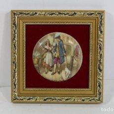 Antigüedades: CUADRO PEQUEÑO CON ESCENA ROMANTICA EN PORCELANA FINA STAFFORDSHIRE. Lote 195349476