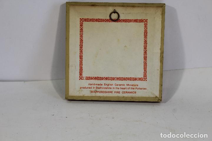 Antigüedades: cuadro pequeño con escena romantica en porcelana fina staffordshire - Foto 2 - 195350398