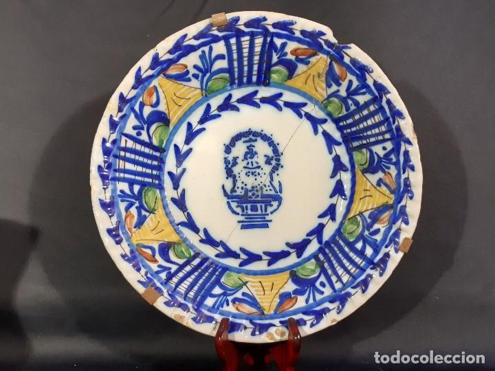 PLATO, FUENTE DE CERÁMICA POLICROMADA. MANISES. SIGLO XIX. LAÑADO Y PÉRDIDA DE MATERIAL.LAS (Antigüedades - Porcelanas y Cerámicas - Manises)