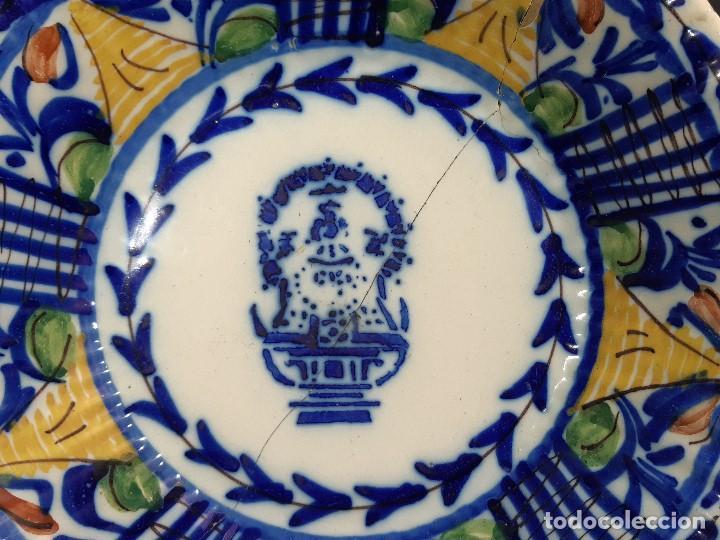 Antigüedades: Plato, fuente de cerámica policromada. Manises. Siglo XIX. Lañado y pérdida de material.Las - Foto 2 - 195362135